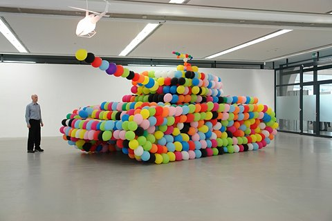<em>german panther</em>, 2007, Luftballon/Luft/Kleber (balloon/air/glou), 960 x370 x 300cm
